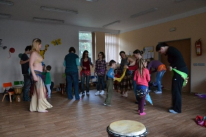 Vojkovice: Spontánní bubnování, tanec a zpěv