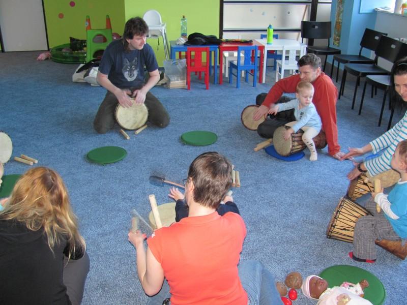 Bubnujeme v kruhu