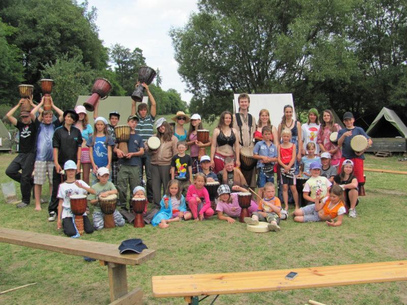 Hudebně taneční skupina Sueneé a děti z tábora