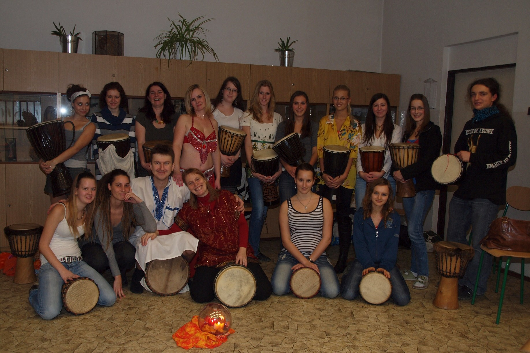 Bubeníci a tanečnice gymnázia
