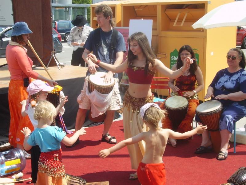 Bubny, tanec a zpěv