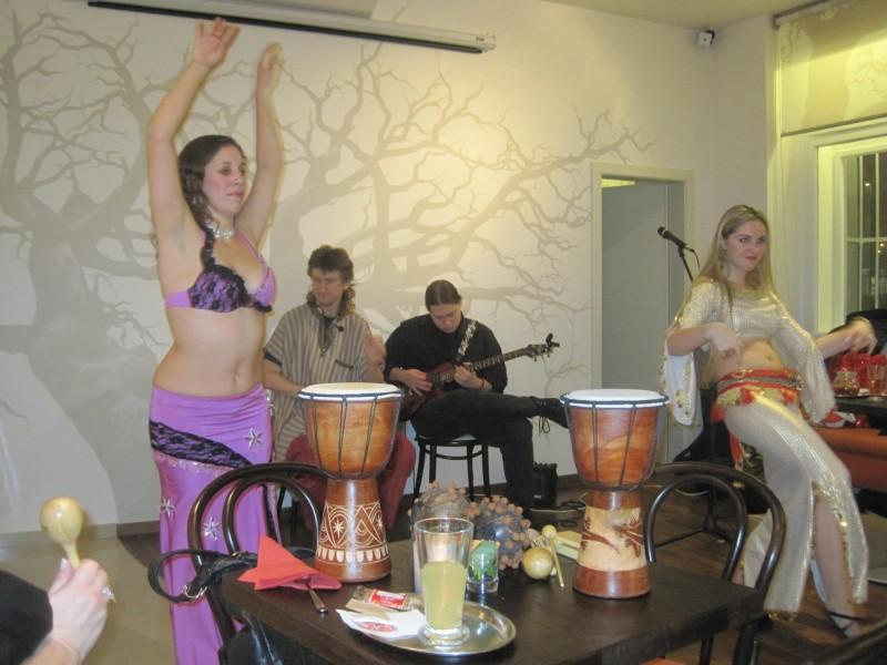 Tanečnice Lily a Shakira, jako doporovod Sueneé a Maike