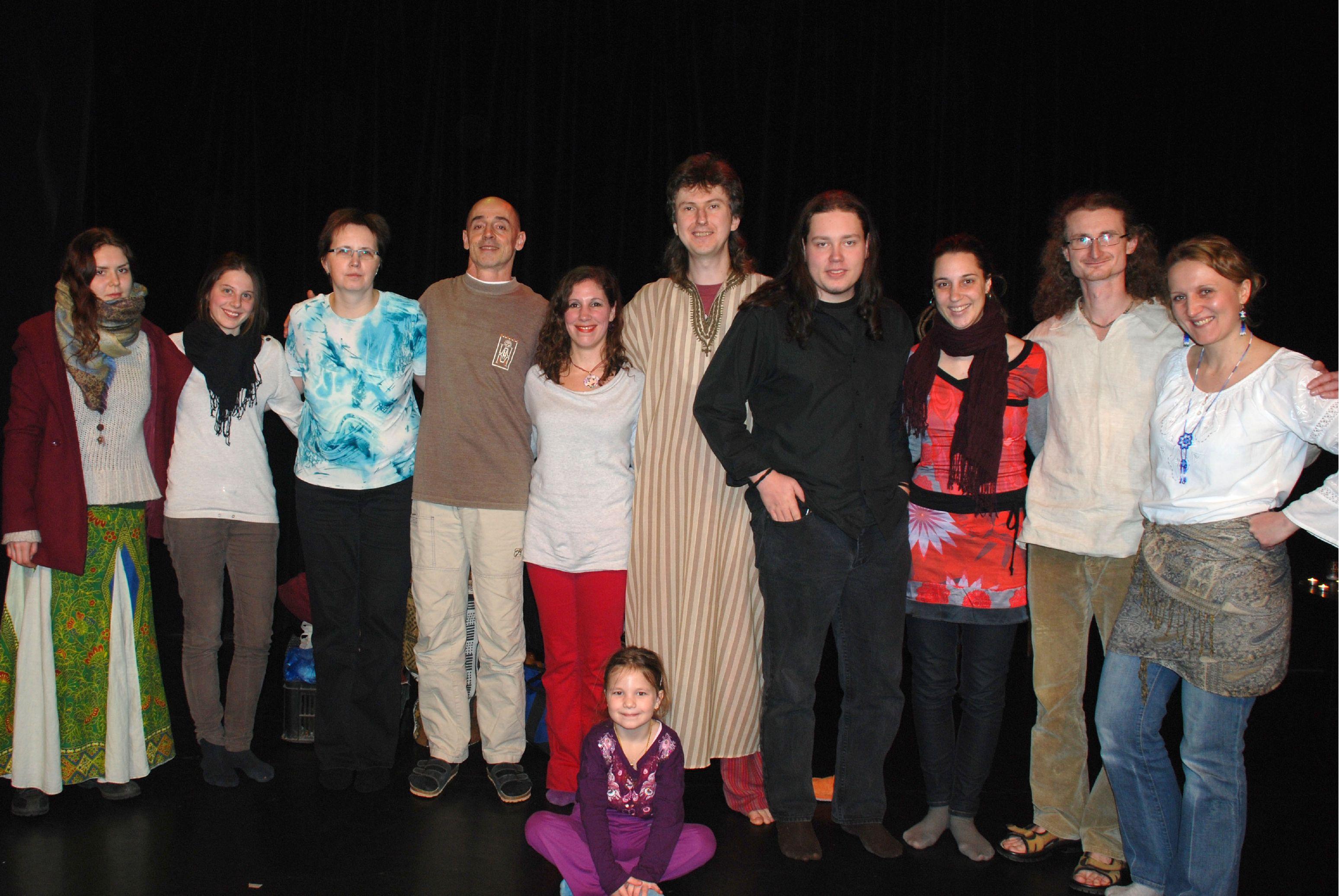Zleva: Nami (zpěv), Zuzka (tanec), Alice (múza), Martin (tibetské mísy), Lily (tanec), Sueneé (moderátor, bubeník), Maike (el.akustická kytara), Natálie (múza), Radek (fujara, koncovky), Alenka (manažerka večera), Kačenka (nejmenší divačka)